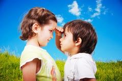 Duas crianças bonitos, macho e fêmea Foto de Stock