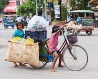Duas crianças cambojanas no trabalho Fotografia de Stock