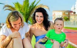 Duas crianças com assento e riso da mamã Emoções sinceras Imagem de Stock Royalty Free