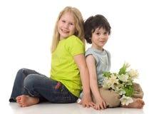 Duas crianças com flores imagem de stock royalty free