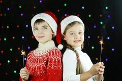 Duas crianças com luzes de Bengal em suas mãos Fotos de Stock Royalty Free