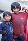 Duas crianças da vila de refúgios tibetanos fotos de stock