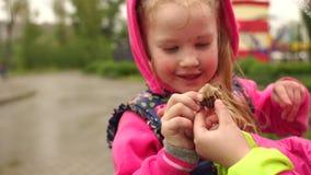 Duas crianças encontraram um caracol em um dia chuvoso video estoque