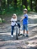 Crianças com uma bicicleta Foto de Stock