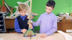 Duas crianças estão fazendo um foguete de espaço junto vídeos de arquivo