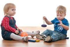 Duas crianças estão jogando com blocos Fotografia de Stock