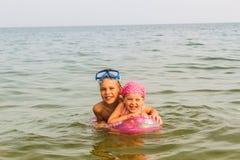 Duas crianças estão na água Imagens de Stock Royalty Free