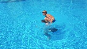 Duas crianças felizes aproximam a piscina filme