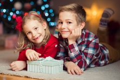 Duas crianças felizes na véspera de ano novo com presentes aproximam o ano novo T Foto de Stock