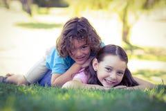 Duas crianças felizes que jogam no parque foto de stock