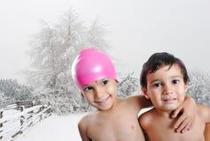 Duas crianças felizes sem roupa, cena ao ar livre Fotografia de Stock Royalty Free