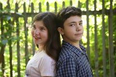 Duas crianças irmã e irmão do adolescente dos irmãos fotografia de stock royalty free