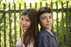Duas crianças irmã e irmão do adolescente dos irmãos foto de stock