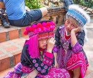 Duas crianças não identificadas de Akha levantam para fotos do turista em Wat Phratat Doi Suthep sobre em Chiang Mai, Tailândia fotos de stock royalty free