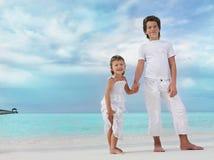 Duas crianças na praia Imagem de Stock