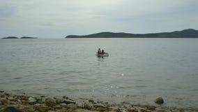 Duas crianças no barco video estoque