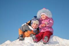 Duas crianças no monte da neve foto de stock