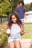 Duas crianças no ovo da páscoa Hunt In Garden fotografia de stock royalty free
