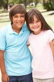Duas crianças no parque que dá-se o Hug imagem de stock royalty free