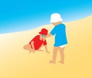 Duas crianças pequenas na praia Imagens de Stock