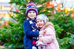 Duas crianças que abraçam no mercado do Natal Fotografia de Stock Royalty Free