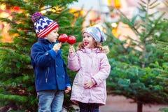 Duas crianças que abraçam no mercado do Natal Fotos de Stock