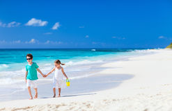 Duas crianças que andam na praia imagem de stock