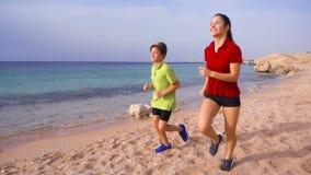Duas crianças que correm junto em exersises da manhã video estoque