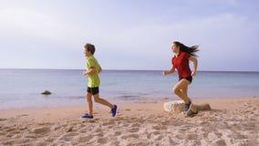 Duas crianças que correm junto em exersises da manhã filme
