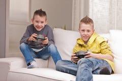 Duas crianças que jogam jogos de vídeo fotos de stock