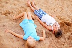 Duas crianças que jogam na praia fotos de stock