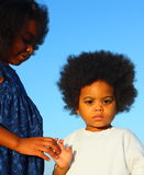 Duas crianças que prendem as mãos Foto de Stock