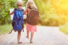 Duas crianças vão em uma aventura no verão foto de stock
