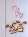 Duas duas dos pássaros cookies cor-de-rosa do coelhinho da Páscoa e Fotografia de Stock