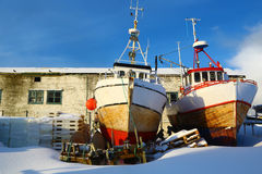 Duas embarcações de pesca encalhada, Noruega Fotografia de Stock