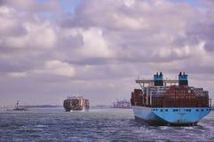 Duas embarcações de recipiente grandes no canal de Rotterdam Imagem de Stock Royalty Free