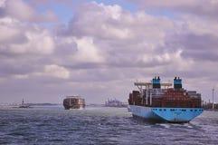 Duas embarcações de recipiente grandes no canal de Rotterdam Fotos de Stock Royalty Free