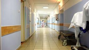 Duas enfermeiras em vestes especiais estão no corredor do hospital filme