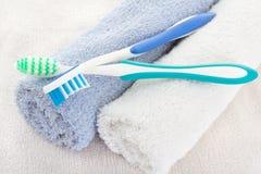 Duas escovas de dentes e toalhas macias imagens de stock