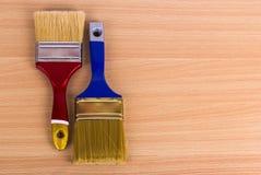 Duas escovas de pintura para o reparo na tabela Fotografia de Stock