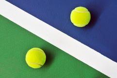 Duas esferas de tênis na corte de tênis imagem de stock