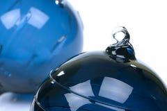 Duas esferas de vidro azuis do Natal Fotografia de Stock