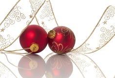 Duas esferas vermelhas de Christams envolvidas na fita Fotos de Stock Royalty Free