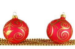 Duas esferas vermelhas do Natal e festão dourada Imagens de Stock Royalty Free