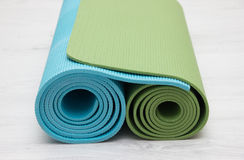 Duas esteiras iyengar da ioga verdes e cores azuis Fotos de Stock Royalty Free