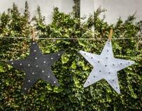 Duas estrelas penduradas em um pátio Imagem de Stock