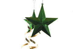 Duas estrelas verdes do Natal com fita dourada Foto de Stock