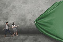 Duas estudantes universitário arrastam uma bandeira vazia Imagens de Stock Royalty Free