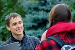 Duas estudantes universitário que falam e que flertam Fotos de Stock