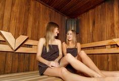 Duas fêmeas bonitas na sauna Imagem de Stock